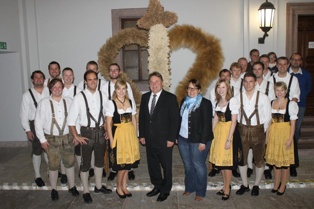 Erntekroneübergabe der Adldorf-Indersbacher Jungbauernschaft an Staatsminister Brunner am 14.11.2013 im Landwirtschaftsministerium (Foto: Franz Obermeier)